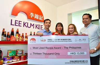 Lee Kum Kee Philippines Business Manager Mr. Ryan Cruz, and sales managers Ms. Patricia Mejorada and Mr. Linus Reyes presents the prize to Ms. Venus Lorraine Moral, the Most Liked Recipe Prize winner (L-R): Mr. Ryan Cruz, Ms. Venus Lorraine Moral, Ms. Patricia Mejorada, Mr. Linus Reyes